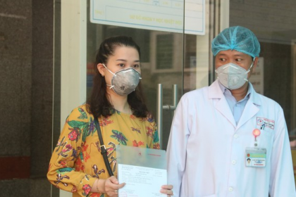 DA NANG DISCHARGES THREE COVID-19 FREE PATIENTS